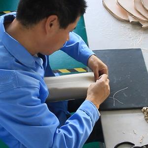 广州博深皮具厂生产解密-装拉链工序