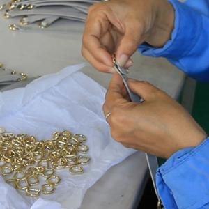 广州博深皮具厂生产解密-装五金工序