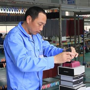 广州博深皮具厂生产解密-油边工序