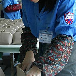 广州博深皮具加工厂塞纸工序