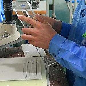 广州博深皮具厂生产工序-冲床